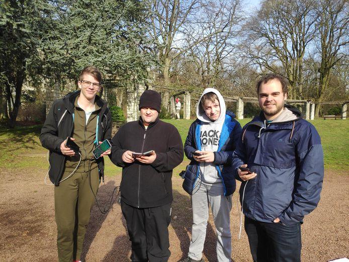 Vlnr.: Owen Caignie (20) uit Ieper, Stijn Fiey (34) uit Langemark, Brecht Dumont (15) uit Ieper en Brecht Veryser (32) uit Vichte leerden elkaar kennen op Pokémon GO.