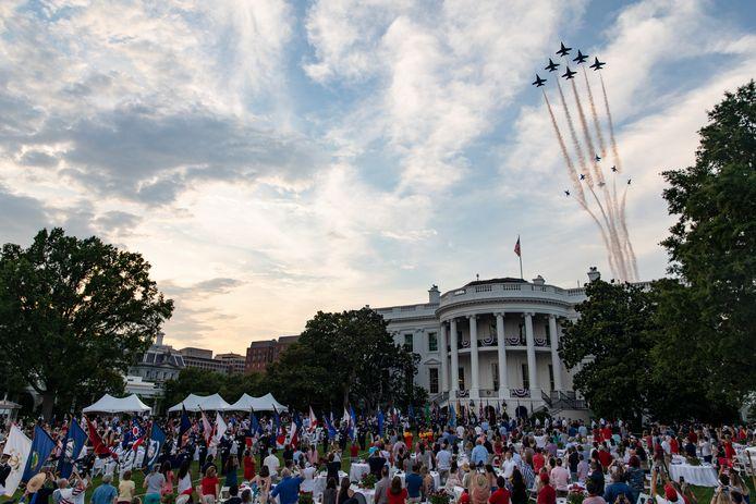 De vliegshow die onderdeel uitmaakte van de festiviteiten.