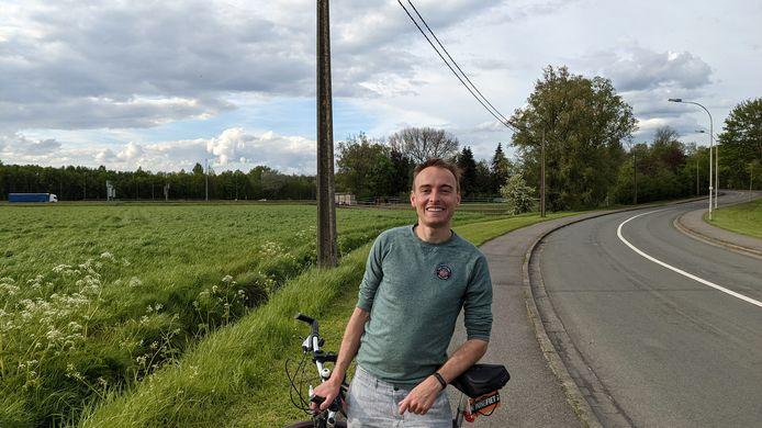 Districtsraadslid Pieter De Cock (CD&V) op het belabberde fietspad van de Laaglandlaan tussen Merksem en Ekeren.