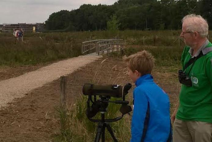 Het IVN verzorgde informatieve excursies. Op de voorgrond: bezoekers konden door een kijker watervogels spotten.