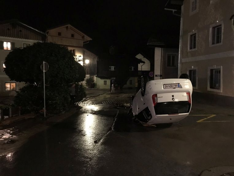 Nabij Salzburg trok de Kothbach, normaliter een beek, zaterdagavond als een kolkende bruine rivier door de straten van het Oostenrijkse stadje Hallein.  Beeld via REUTERS