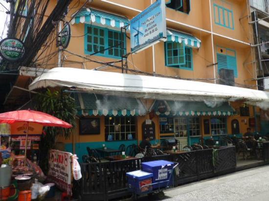 Frikandellen scoren bij The Old Dutch Corner in Bangkok. Zomerserie De Frikandel.
