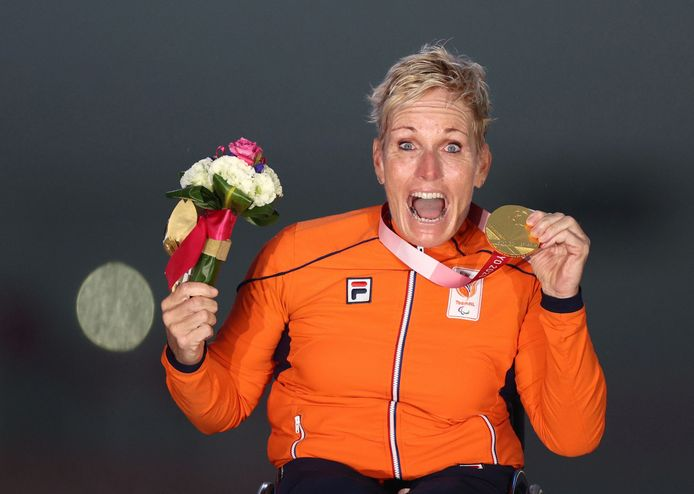 Jennette Jansen is uitzinnig van vreugde na haar gouden wegrace in Tokio. De handbikester uit Westerhaar is de nieuwe paralympische kampioene.
