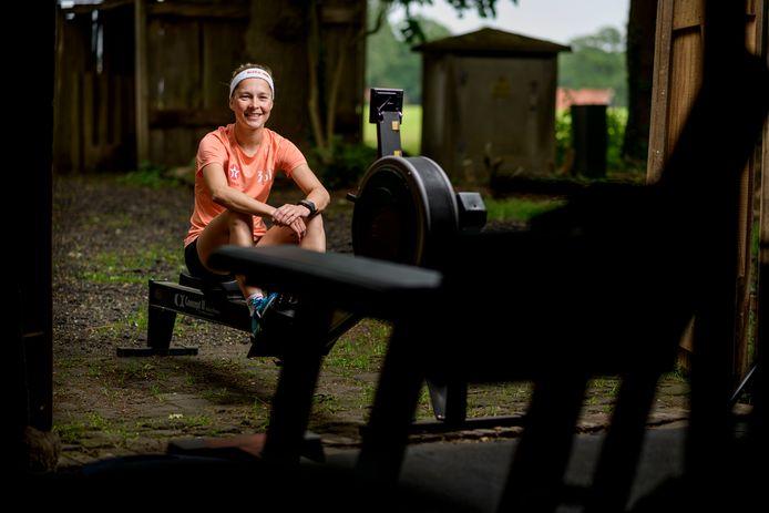 Olympisch triatlete Rachel Klamer tijdens een 'thuistraining' in Beuningen.