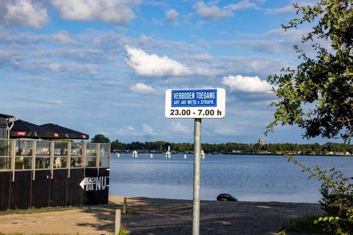 Het strandje bij Beachclub NU in Biddinghuizen is in de nachtelijke uren verboden terrein. De gemeente Dronten hoopt daarmee overlast tegen te gaan.