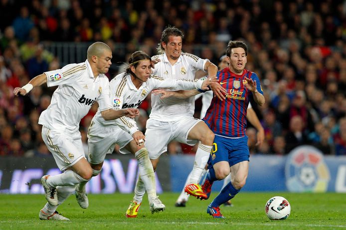 Pepe en Sergio Ramos volgen Lionel Messi. Ook op beeld: Fabio Coentrão.