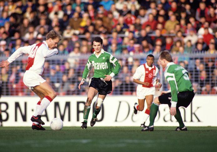 John de Bever (midden) namens FC Dordrecht in actie tegen Ajax in De Meer in 1993.