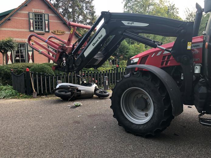 De bestuurster van de scooter is afgevoerd naar het ziekenhuis.