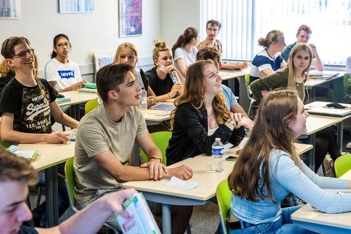 Volle klassen: het kan weer. In Lelystad willen ze er echter niet aan: daar gaan leerlingen tot de zomervakantie halve dagen naar school, met halve klassen.
