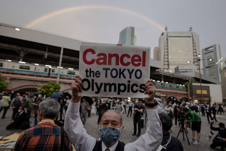 Protest tegen de Olympische Spelen in Tokio. Een meerderheid van Japanners is tegen het houden van het evenement. Beeld AFP