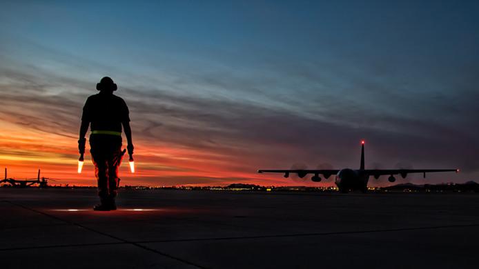 Een Hercules C-130 op de startbaan van Marine Corps Air Station Yuma.