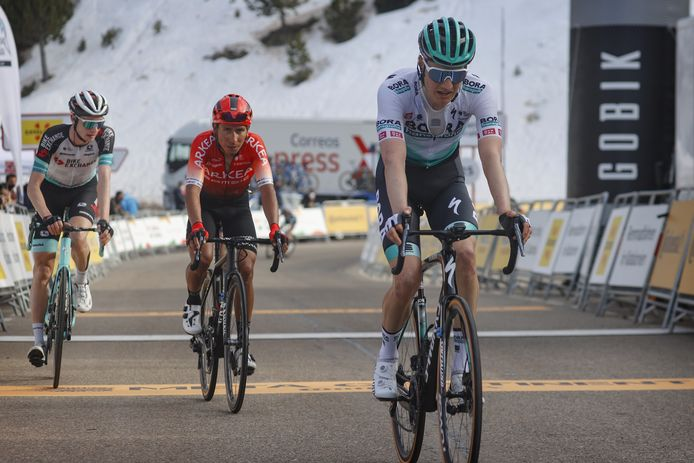 Wilco Kelderman komt over de streep in de vierde etappe.