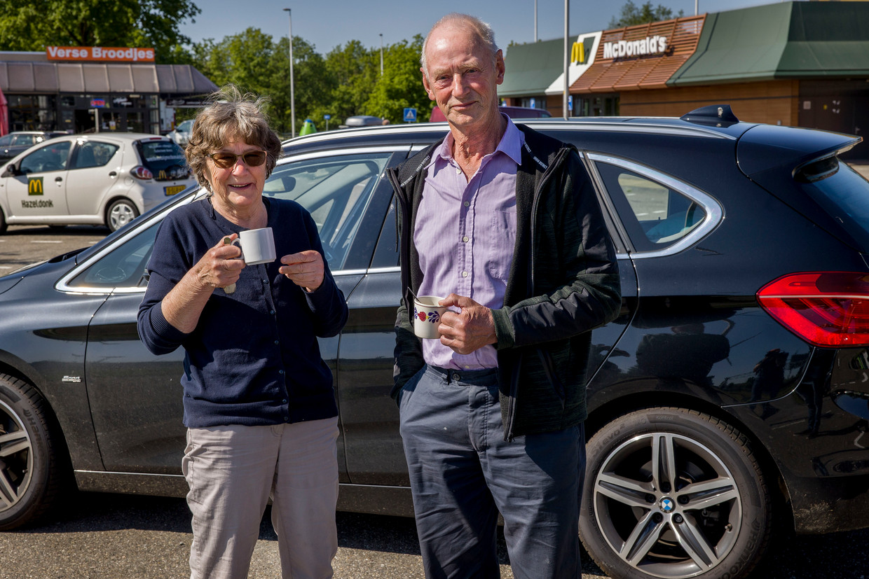 Japke Huitema (77) en haar man Fedde (76), op weg naar hun zoon in Frankrijk. Mocht de Franse politie geen genoegen nemen met hun vaccinatiebewijzen, dan halen ze hun vaste truc van stal: 'Dan praten we gewoon Fries, begrijpen ze toch niks van.' Beeld Arie Kievit