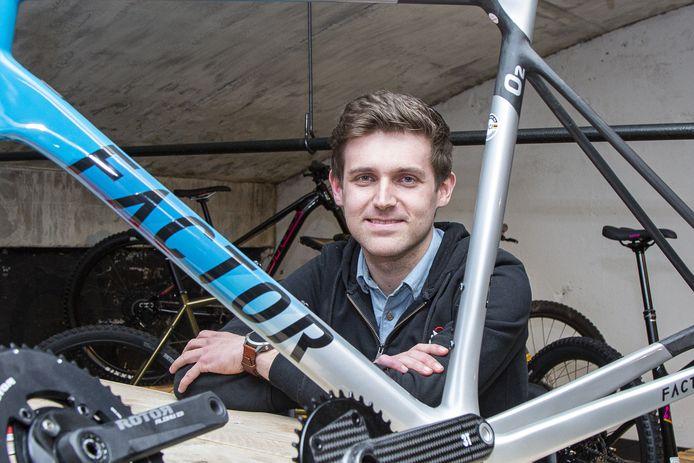 """Eigenaar Jochem Paalman van BikeSuperior doet goede zaken. """"Ik heb in het begin van de coronacrisis heel veel onderdelen besteld en daar pluk ik nu de vruchten van."""""""