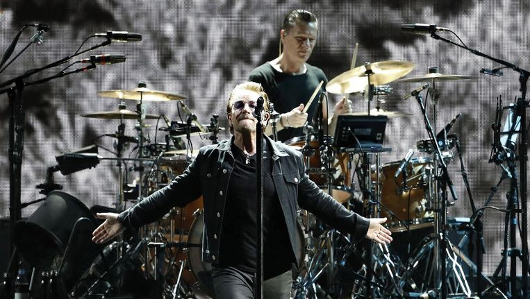 Bono van U2 tijdens een recent concert van de band in Barcelona. Beeld epa