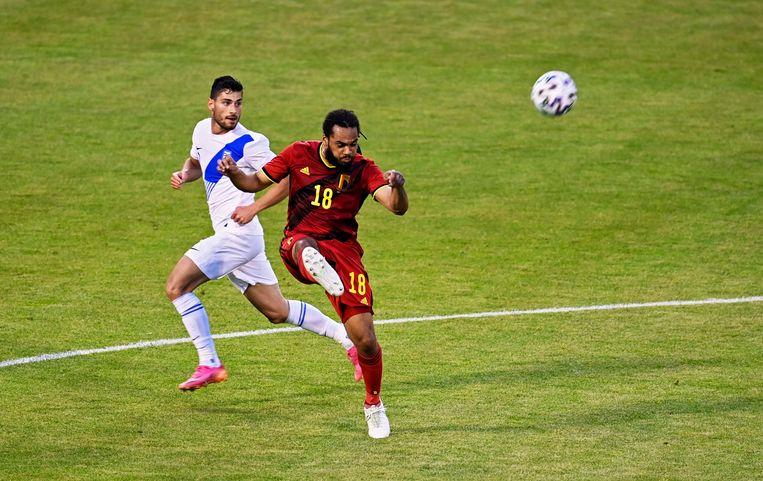 Denayer kegelt de bal weg tegen Kroatië. Beeld Photo News
