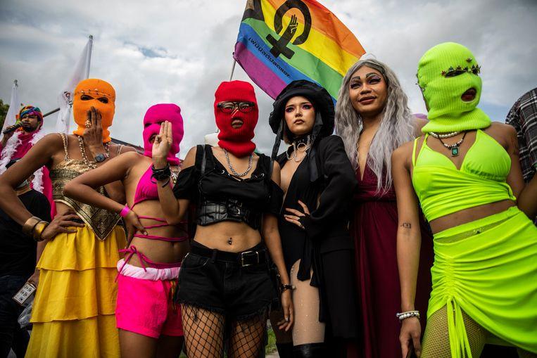 Leden van het Feminist Liberation Front poseren tijdens een bijeenkomst zaterdag in Bangkok, Thailand. Met vreedzame en kleurrijke acties wil de organisatie een veilige haven zijn voor feministen, activisten en de lhbtiq+-gemeenschap, die nog steeds moet strijden voor gelijke behandeling in het land.  Beeld Getty Images