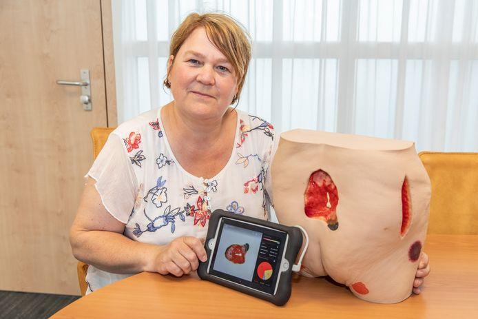 Saskia Rolloos met de iPad en waar een 3D-camera aan vastzit.