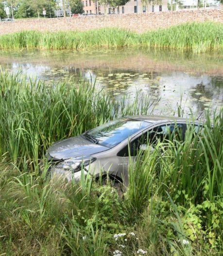 Geparkeerde auto na aanrijding te water in Steenwijk