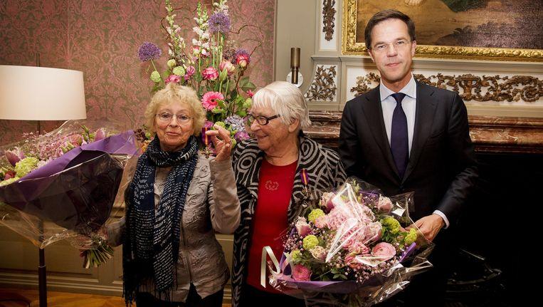 Dekker-Oversteegen (midden) met haar zus Freddie en premier Rutte tijdens de uitreiking van het Mobilisatie Oorlogskruis in 2014 Beeld anp