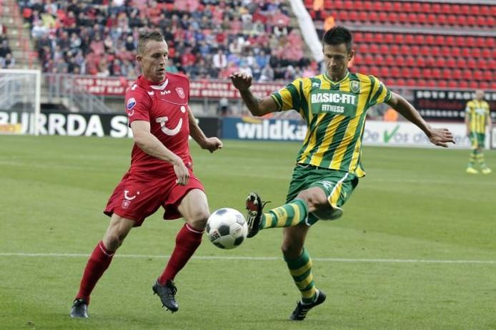 Gábor Horváth (R) moet zich verantwoorden voor een overtreding op Utrecht-speler Frank Demouge. Foto: ANP