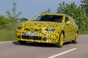 Het prototype van de Opel Astra draagt nu nog een uitbundige vermomming. In juli onthult Opel de definitieve productieversie.