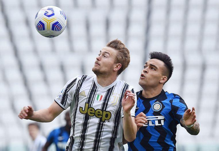Verdediger Matthijs de Ligt (Juventus) in een van zijn vele duels met spits Lautaro Martínez (Inter) in de Derby d'Italia. Beeld EPA