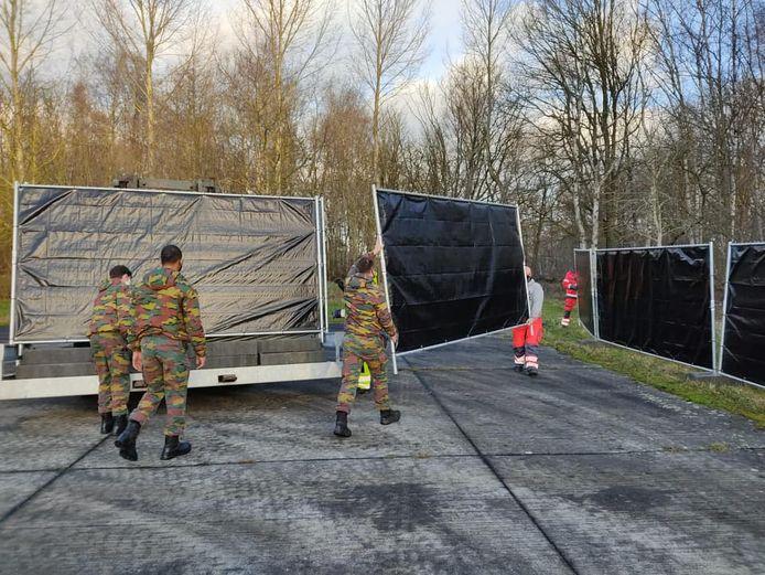 Militairen hielpen donderdag de gemeentewerkers met het plaatsen van hekken