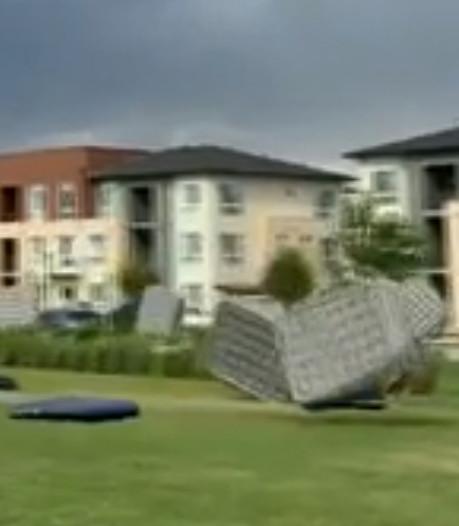 """Scène irréelle: des dizaines de """"matelas volants"""" emportés par le vent"""