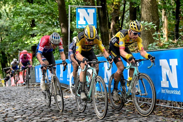 Wout van Aert (m) weet zich gesteund door ploeggenoot Mike Teunissen, maar heeft ook Mathieu van der Poel in zijn wiel. Beeld BELGA