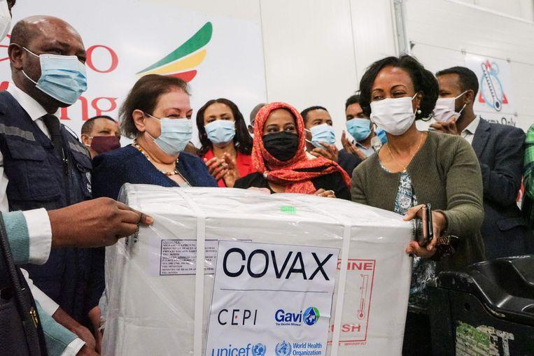 De Ethiopische minister Lia Tadesse (rechts) ontvangt een doos Astra-Zenecavaccins uit het VN-initiatief Covax. Beeld AFP