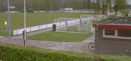 Omwonende biedt geld voor verwijdering van overlastgevend pannaveld in Heukelum, club wil het veld houden