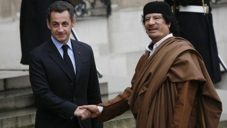 Nicolas Sarkozy en Mouammar Kadhafi in 2007 in Parijs. Beeld photo news