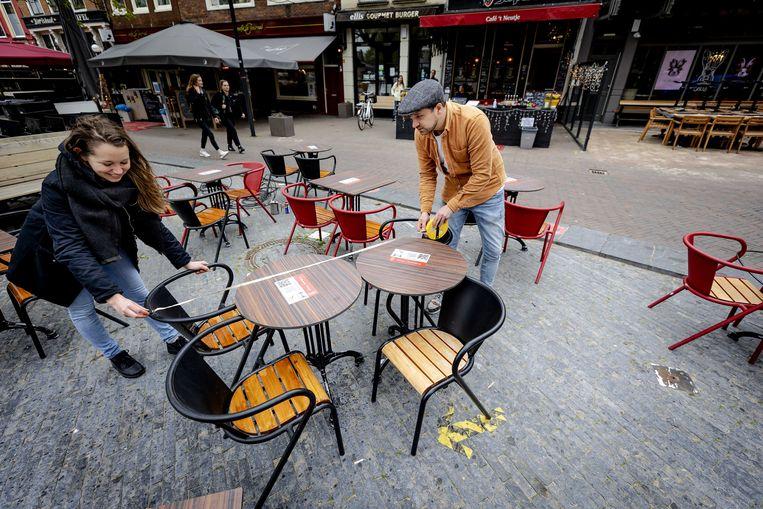 Ook in Nederland worden de terrassen klaargezet. Beeld ANP
