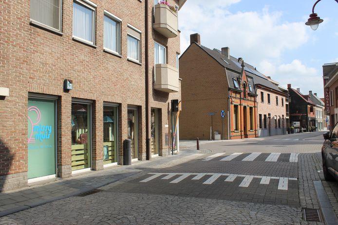 In de Brouwerijstraat komen de paaltjes net voorbij het kruispunt van kinderboetiek Missy Muis.