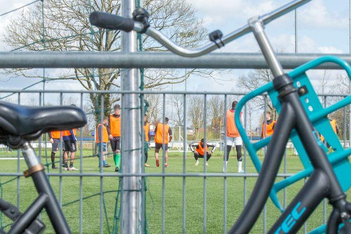 Een groep Zeeuwse voetballers is klaar voor een wedstrijd 11 tegen 11.