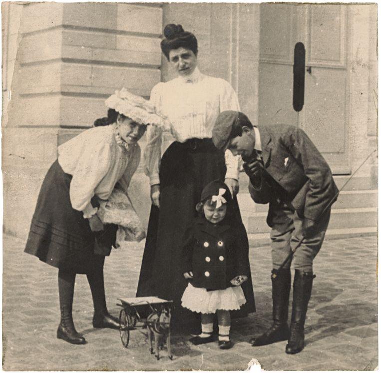 Irène Cahen d'Anvers met haar kinderen Béatrice en Nissim de Camondo, en Claude Sampieri, rond 1905. Beeld Jean-Marie del Moral / MAD Paris