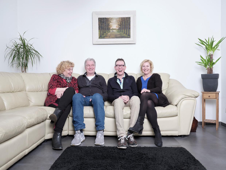 ALS -patiënten Tiny Romviel en Piet Vromans met hun echtgenotes Riet (links) en Jacqueline (rechts). Beeld Erik Smits