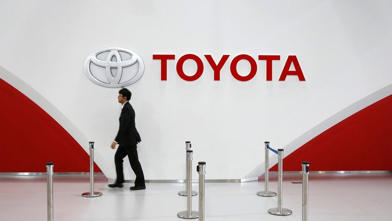 Het bedrijfslogo van Toyota van een showroom in Tokyo. Beeld REUTERS