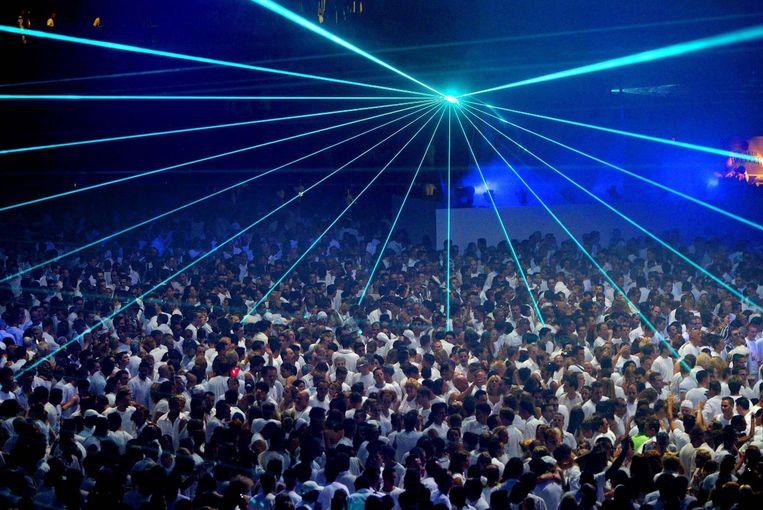 Sensation 2003: de bezoekers volgen de dresscode en zijn geheel in het wit gekleed. Beeld ANP