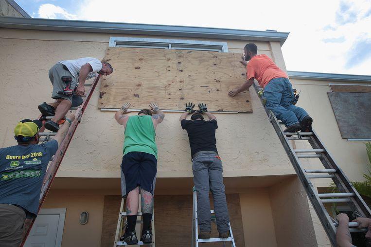 Inwoners van Florida nemen hun voorzorgen voor de komst van Dorian. Beeld AFP