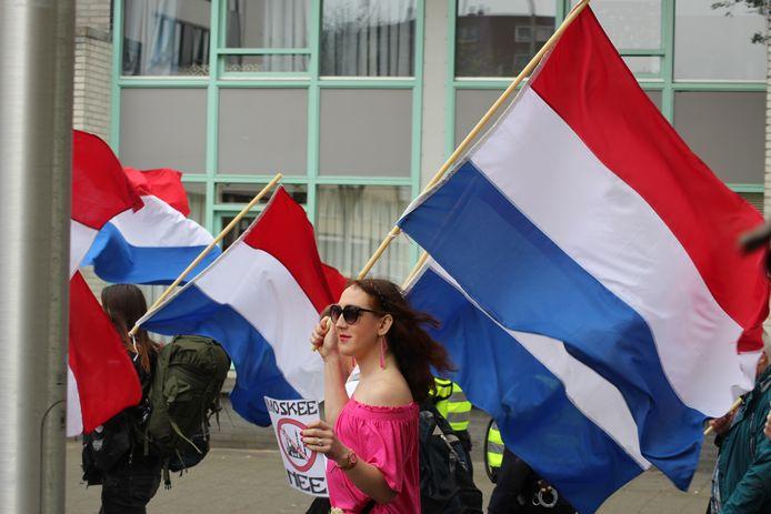 Met Nederlandse vlaggen en diverse teksten trok de mars door Tilburg.