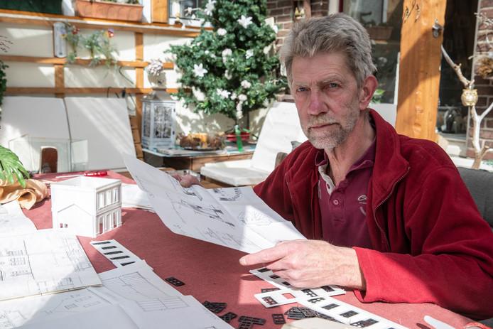 Modelbouwer Nanno Mulder met een van de mislukte 3D-prints van het oude Zutphense station. ,,Ik ga hiermee door, ook al duurt het tien jaar.''