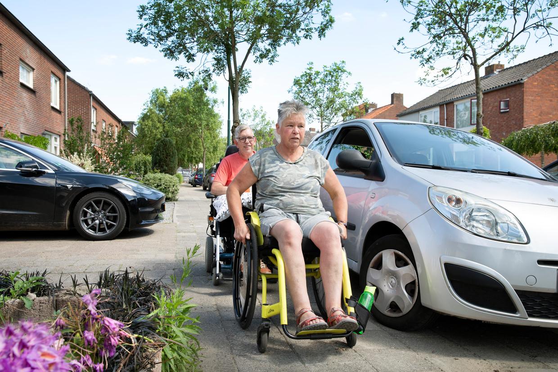 Karin (59) en Rien (51) de Leeuw trotseren met hun rolstoel dagelijks diverse obstakels, zoals smalle trottoirs en te hoge stoepranden.