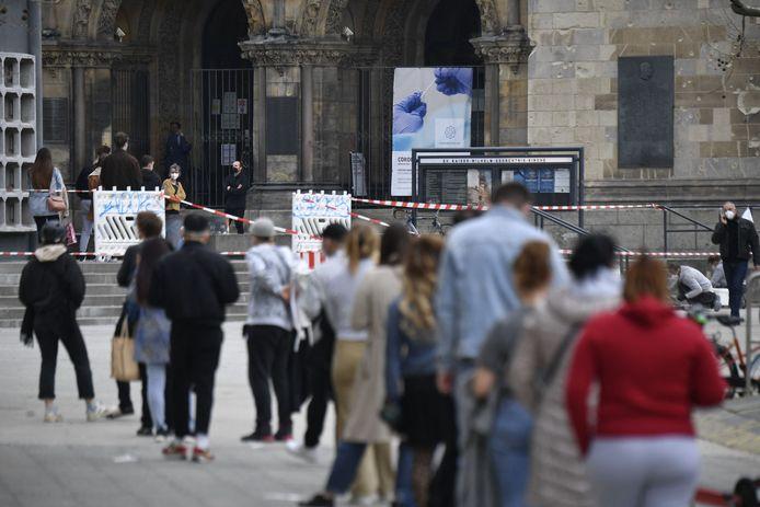 Orang-orang mengantri untuk tes virus corona di Kaiser Wilhelm Memorial Church di Berlin.