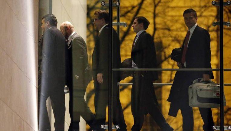 Partijleider van de SPD Sigmar Gabriel (L) en een deel van zijn delegatie verlaten het hoofdkwartier na coalitiebesprekingen met de CDU. Beeld REUTERS