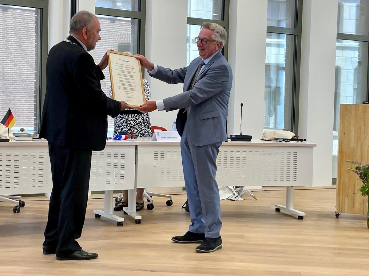 Rien Bor (links) overhandigt de oorkonde die hoort bij het ereburgerschap van Wageningen aan Geert van Rumund.