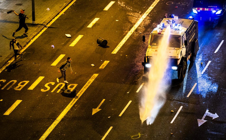Demonstranten raken vrijdag opnieuw slaags met de politie in Barcelona. Beeld Freek van den Bergh / de Volkskrant