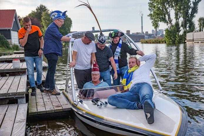 Prinsen carnaval vieren op eigen wijze prinsjesdag. Per toerbeurt in ander dorp, nu Stampersgat waar horeca ontbreekt en dus komt een prins uit Dinteloord per speedboot hen halen om daar een hapje te gaan eten.