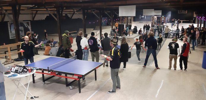 Tafeltennissen in een skatepark zorgde zaterdagavond voor een bijzondere pingpong-entourage zaterdagavond in Deventer.